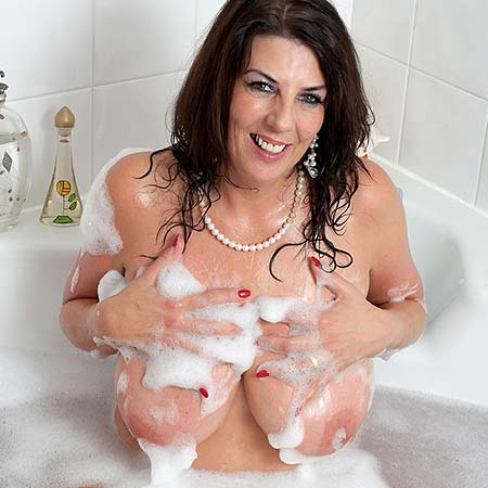 Lulu Lush soaps up her tits while taking a bath