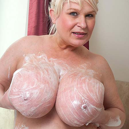 Mature Samantha Sanders takes a bath